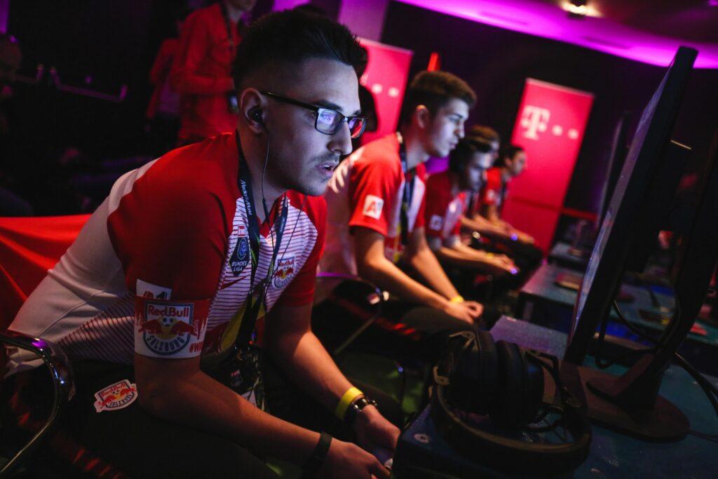 Männer beim Computerspielen