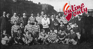 Die Mannschaften des Rosslyn Park Football Club (Gestreifte Trikots) und Oxford-Cambridge