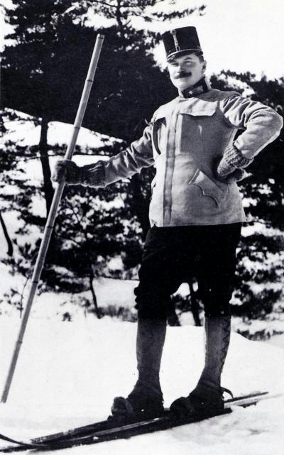 Theodor Edler von Lerch mit Ski in Japan