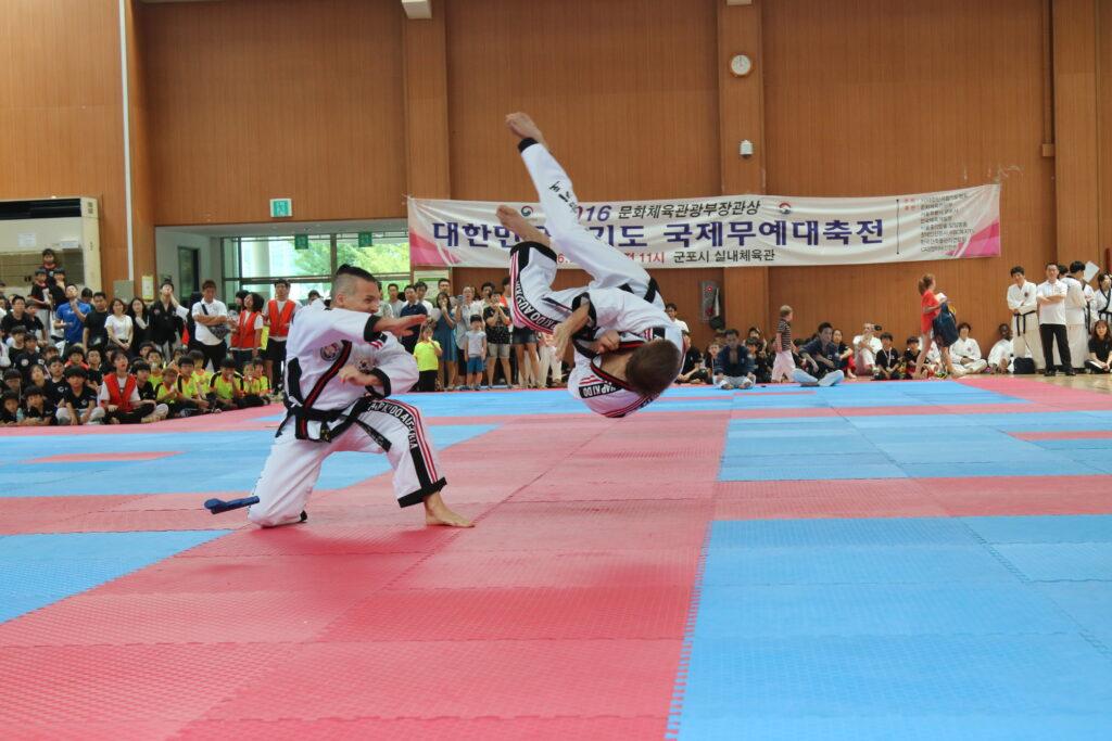 Ein Sportler fliegt durch die Luft