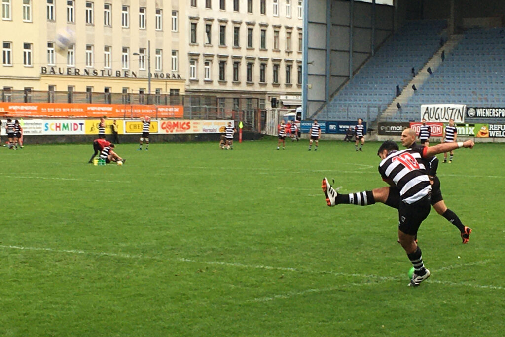 Spieler schießt den Rugbyball in Richtung des Tors