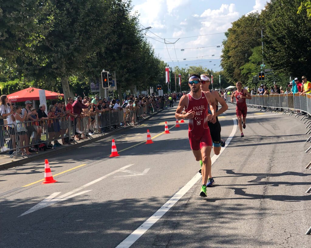 Luis Knabel läuft auf einer abgesperrten Straße