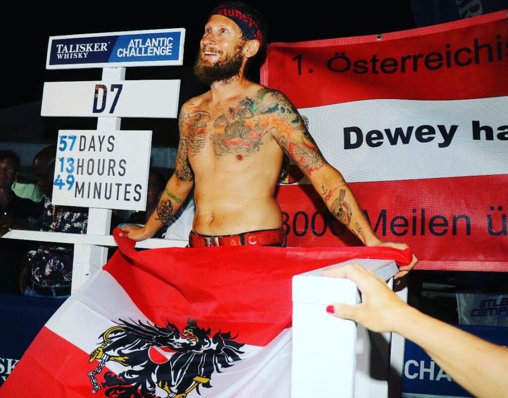 Mann mit nacktem Oberkörper und Fahne