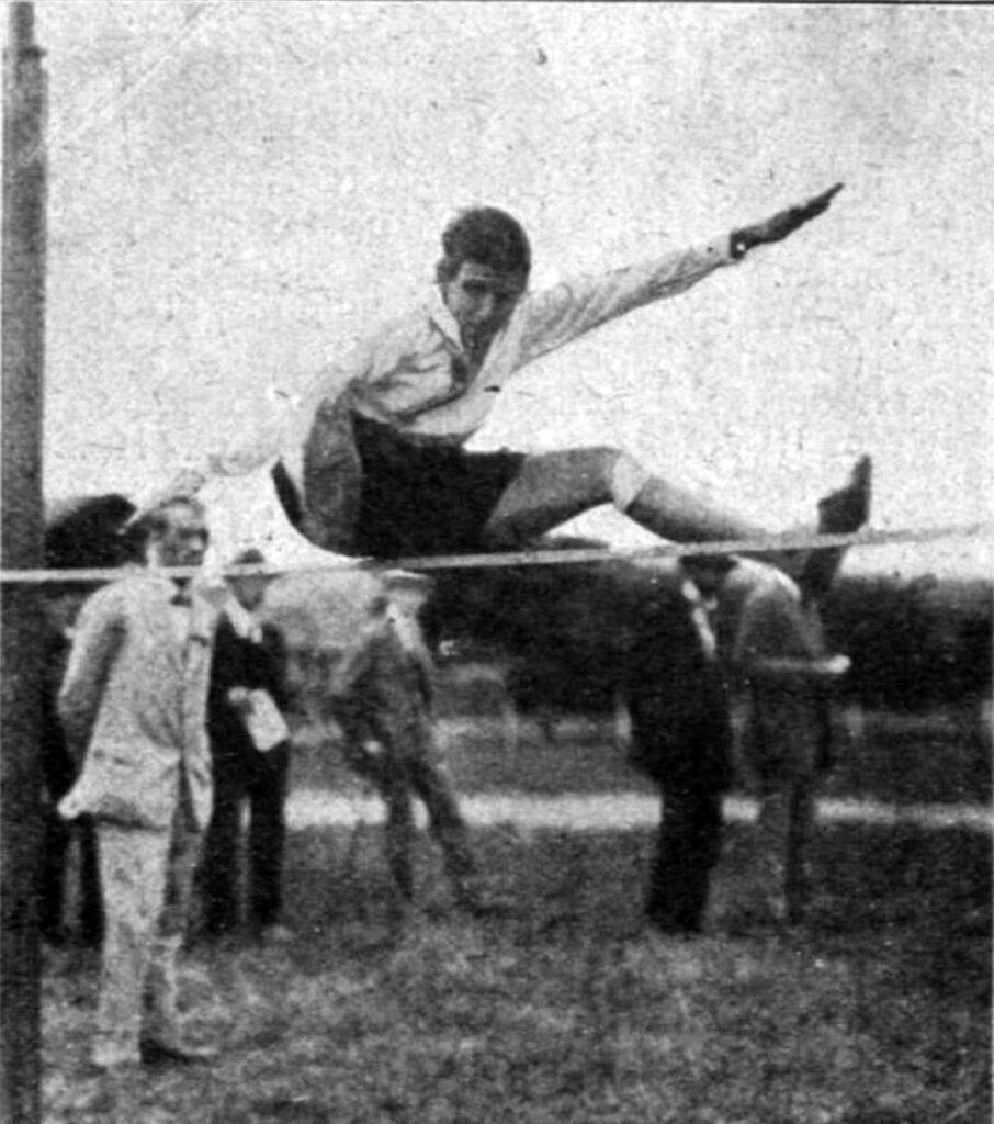 Die Leichtathletin Mizzi Keller beim Hochsprung