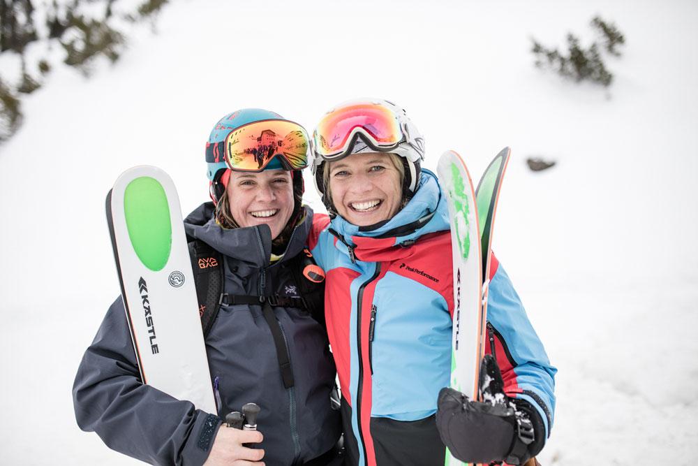 Zwei. Frauen mit Skiern