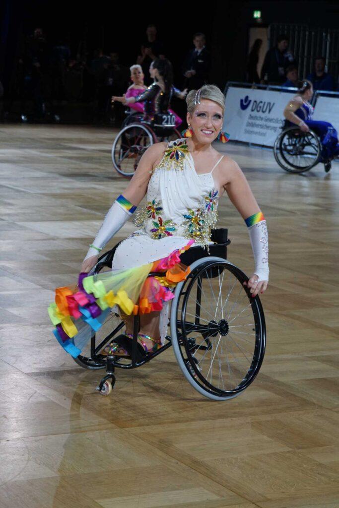 Eine Frau im Rollstuhl