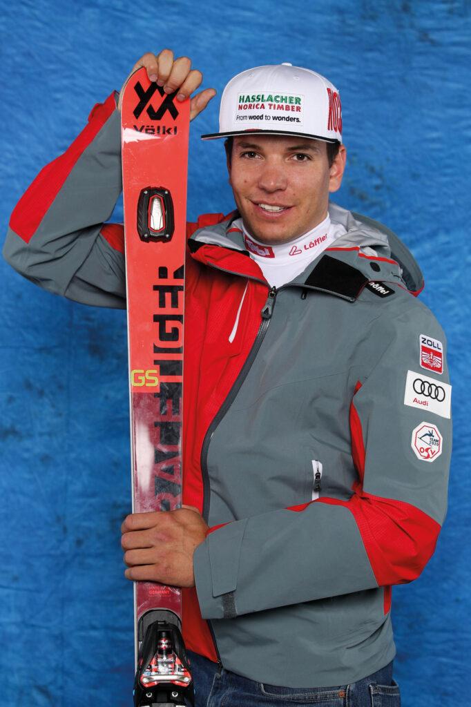 Markus Salcher mit seinen Skiern