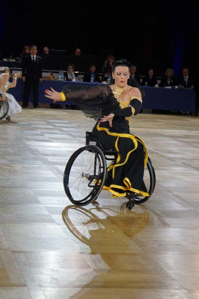 Tänzerin im Rollstuhl