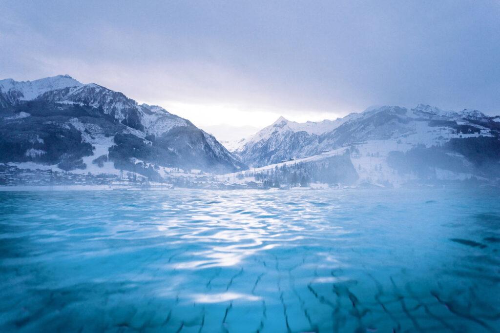 Swimmingpool mit winterlicher Bergkulisse