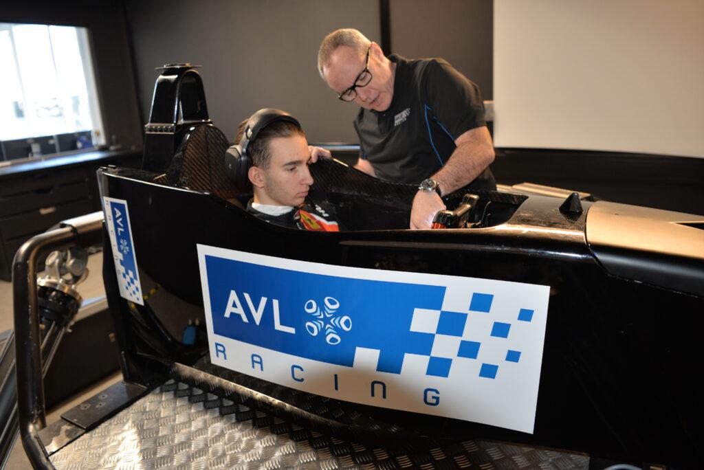 Lukas Dunner sitzt in einem Rennsimulator