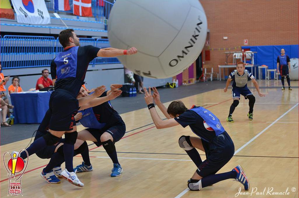 Ein Spieler schlägt den 1,22 Meter großen Ball mit seinem Unterarm weg