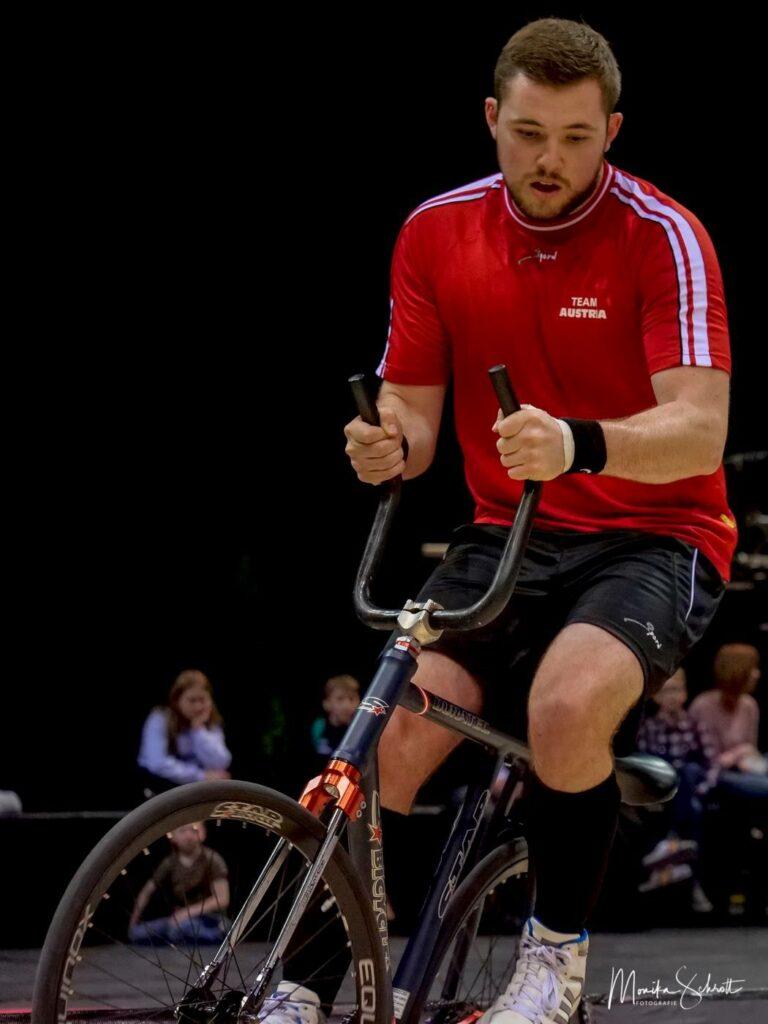 Patrick Schnetzer auf seinem Spezialfahrrad