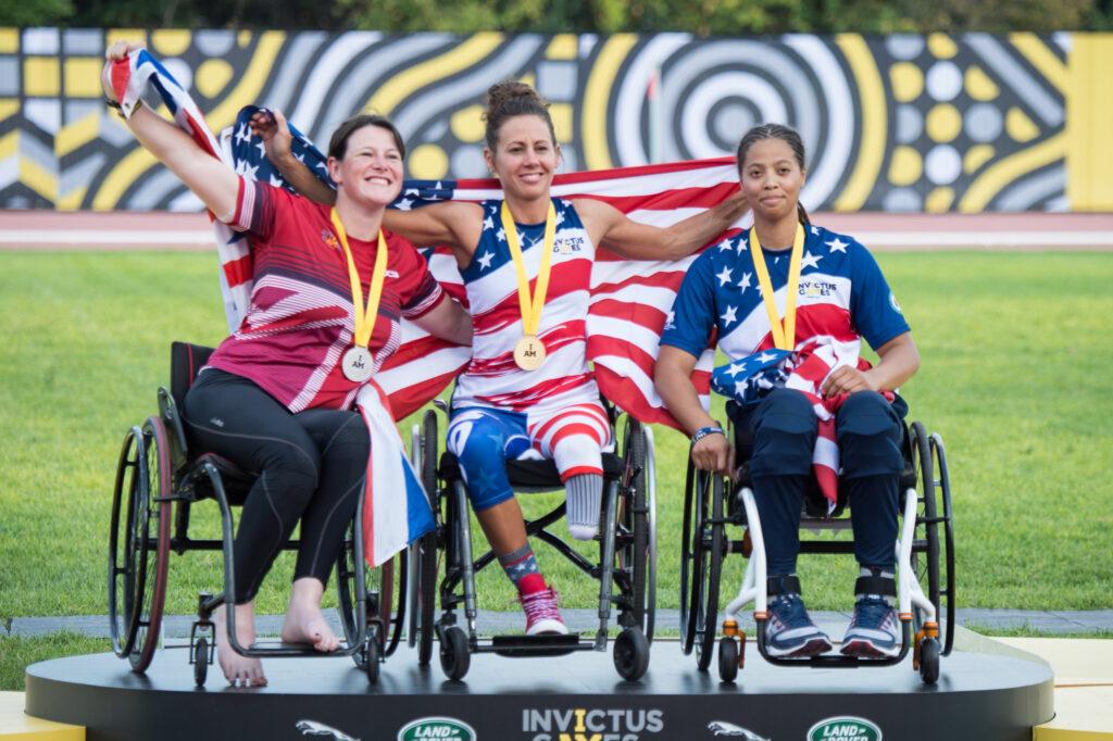 Drei Frauen im Rollstuhl