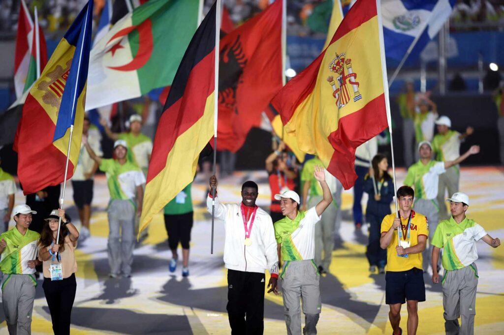 Delegationsfahnen betreten das Stadion während der Abschlusszeremonie der Olympischen Jugendspiele Nanjing 2014 in Nanjing.