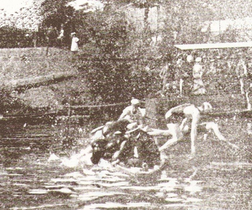 Altes Bild von Schwimmern die von einem Boot ins Wasser springen