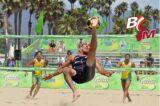 Fußballakrobaten im Sand