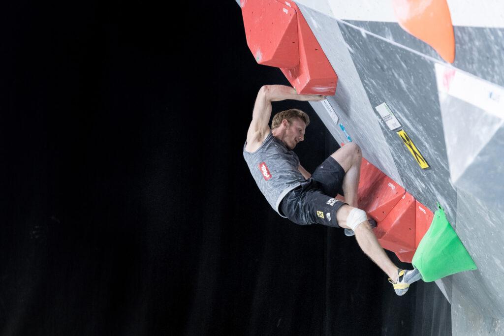 Jakob Schubert meistert einen schwierigen Boulder