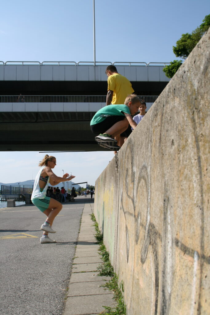 Parkourläufer überwinden eine Mauer