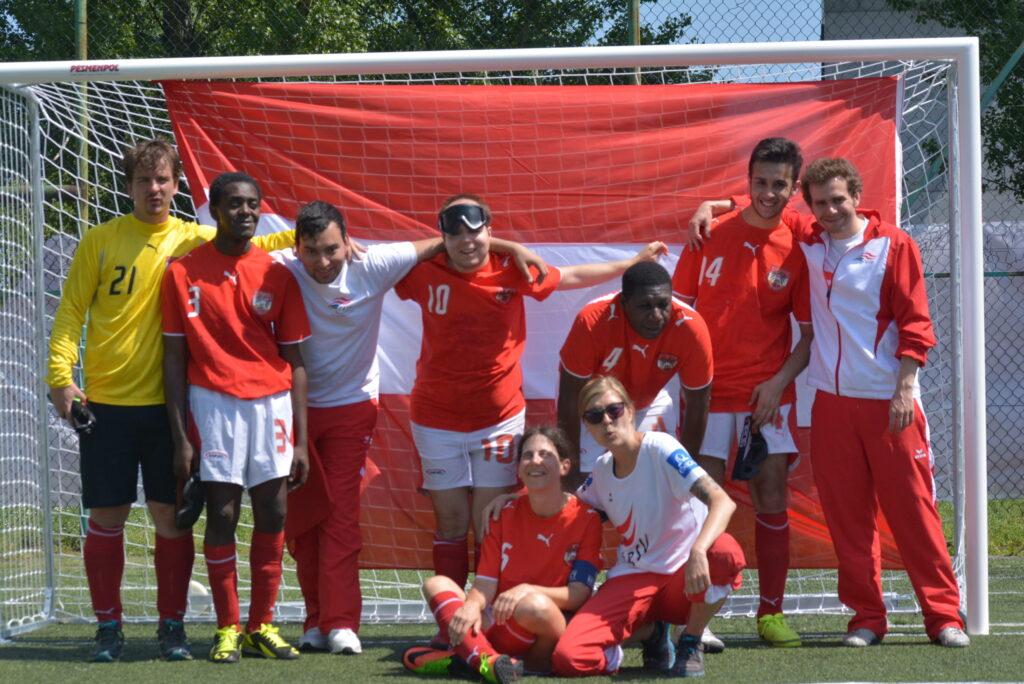 Eine Blindenfußballmannschaft steht im Tor