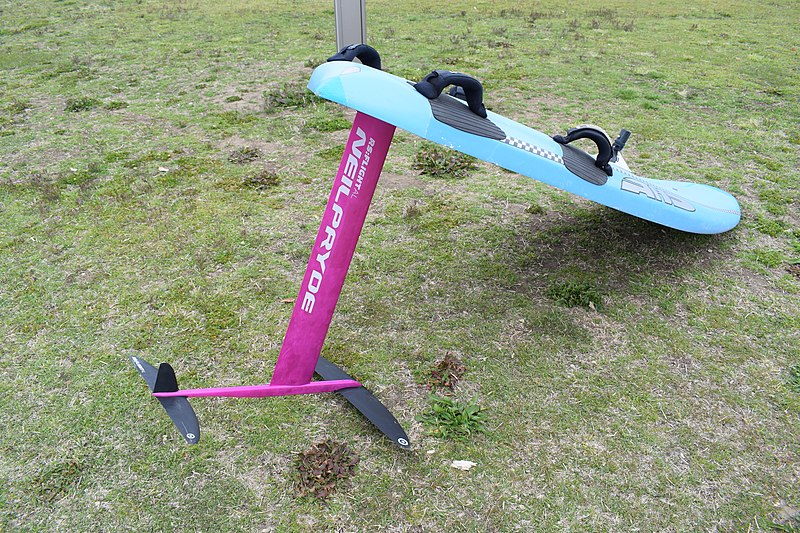 Ein Surfboard mit eiinem speziellen Tragflügel