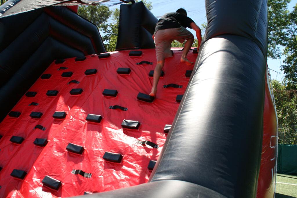 Die rote Kletterwand ist das letzte Hindernis auf dem Parlours.