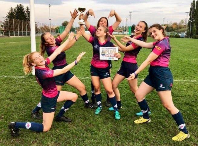 Rugbyspielerinnen mit einem Pokal