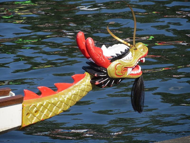 Der Bug des Drachenbootes hat die Form eines chinesischen Drachen