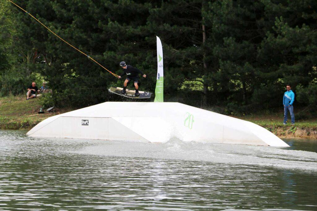 Wakeboarder springt über ein Hindernis