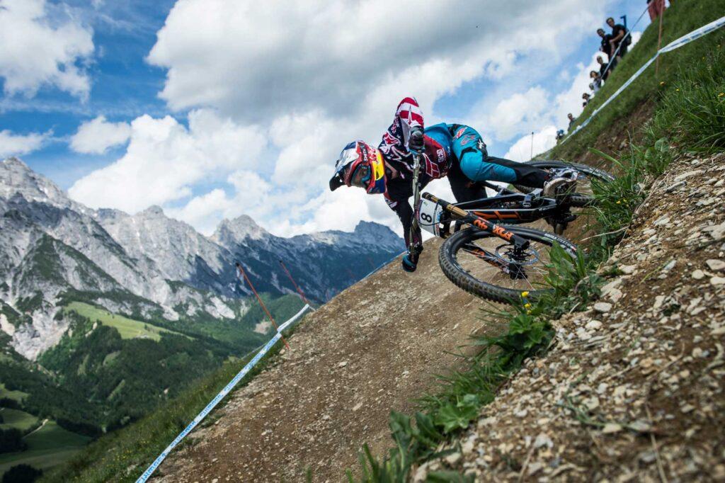 Aaron Gwin fährt auf seinem Mountainbike