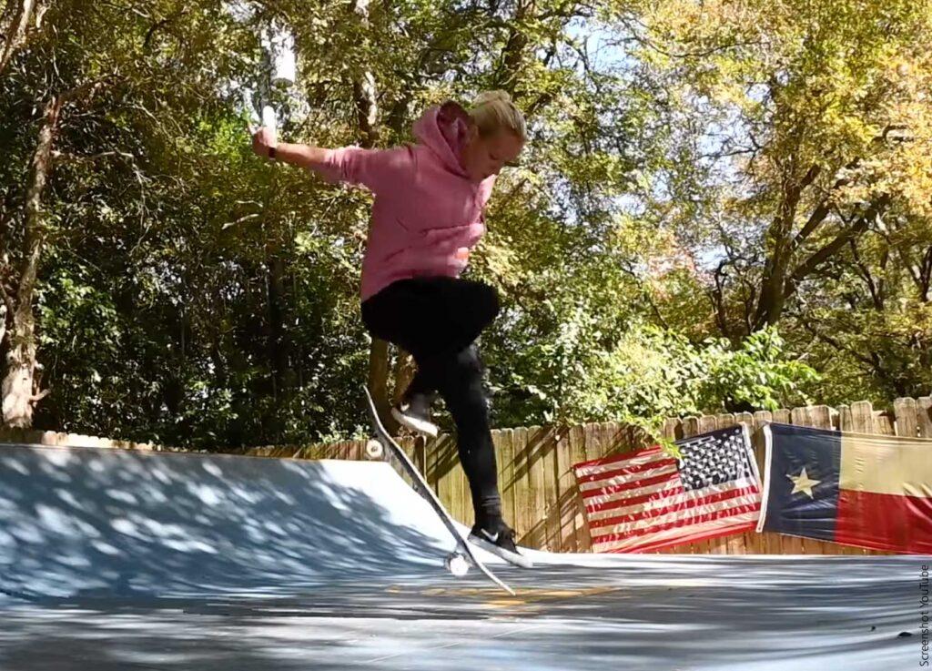 Julia Brückler macht einen Sprung mit ihrem Skateboard